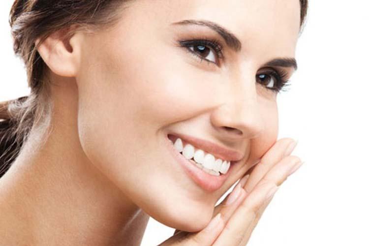 Με ποιο τρόπο θα έχετε λευκά δόντια κι ένα λαμπερό χαμόγελο