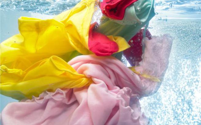 Πώς να εξαφανίσετε το λεκέ από σάλτσα από τα ρούχα σας