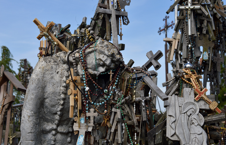 Ο μυστηριώδης λόφος με τους 100.000 σταυρούς!