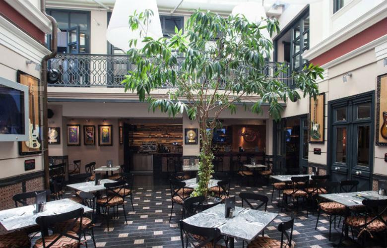 Μύρισαν Χριστούγεννα στο Hard Rock Cafe της Αθήνας