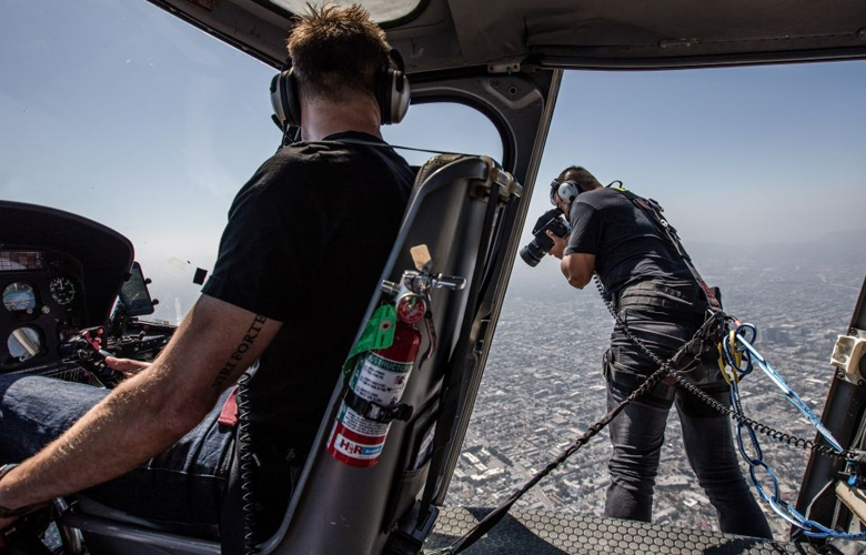 Ο κόσμος από ψηλά από έναν τολμηρό φωτογράφο που δένεται σε ελικόπτερο!