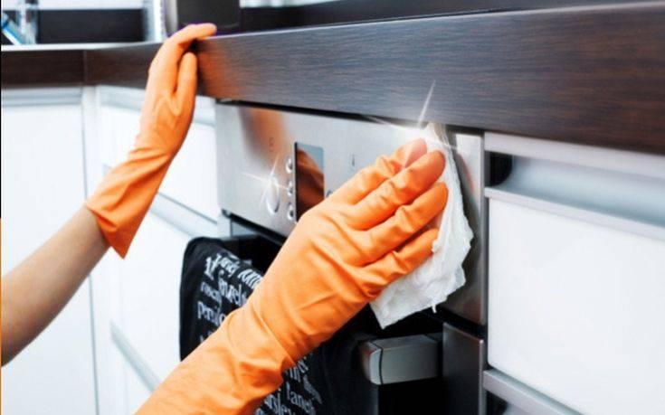 Εξαφανίστε τα λίπη από το φούρνο με ένα υλικό που χρησιμοποιείτε κάθε μέρα