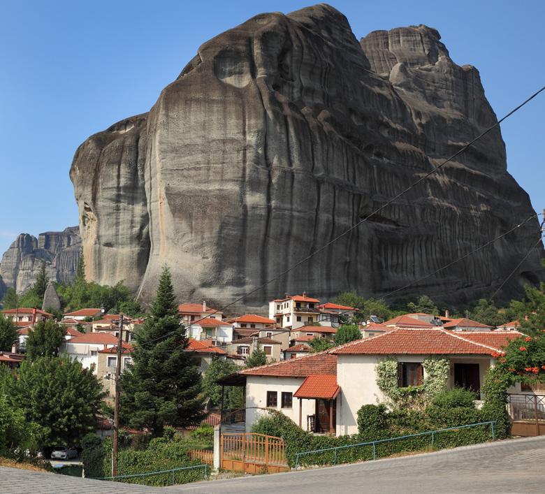 Καστράκι, βυθισμένο ανάμεσα στους πανύψηλους βράχους των Μετεώρων