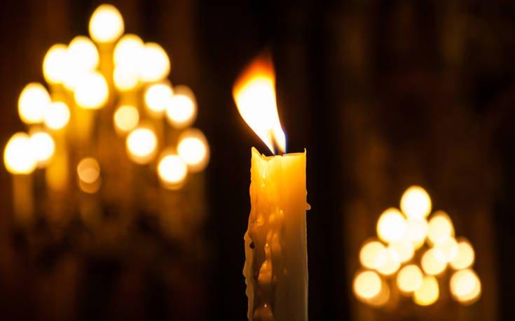 Πώς να βγάλετε το κερί που έχει κολλήσει πάνω σε ρούχα