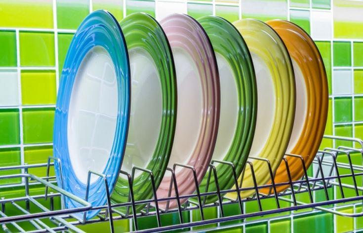 Το κόλπο για να αστράφτουν τα πιάτα μετά το πλύσιμο