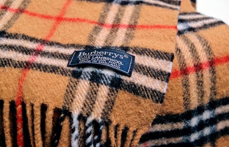 Στάχτη και Burberry στοκ εκατομυρίων για να μην πουληθεί φθηνά