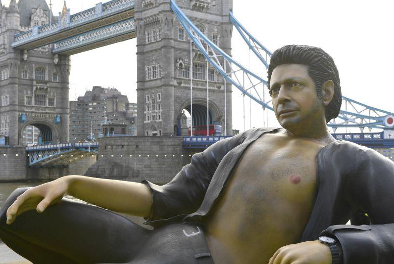 Γιγαντιαίο άγαλμα του Τζεφ Γκόλντμπλουμ για τα 25α γενέθλια του Jurassic Park