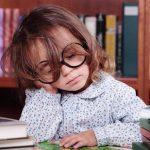 Πώς θα βάλετε μετά τις διακοπές τα παιδιά σε πρόγραμμα ύπνου