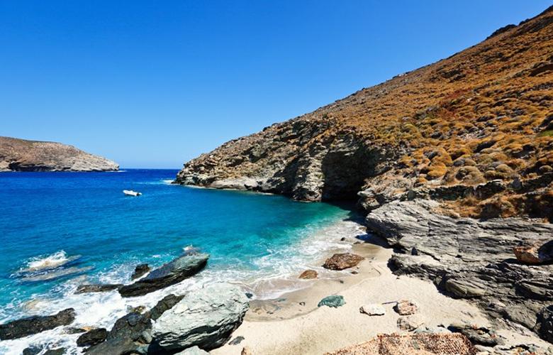 Η παραλία Άχλα δικαίως χαρακτηρίζεται ως μια από τις πιο όμορφες της Ελλάδας