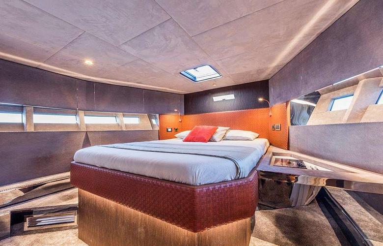 Το χλιδάτο ταχύπλοο αλά James Bond με μαρμάρινα μπάνια και μπαρμπεκιου