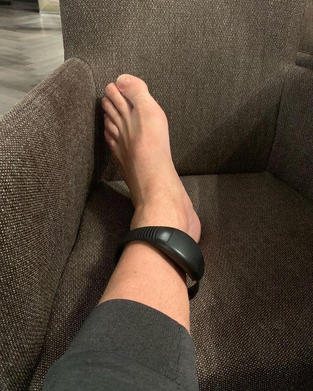 """Η φωτογραφία του καταδικασμένου Μπέντνερ με το """"βραχιολάκι"""" στο πόδι"""