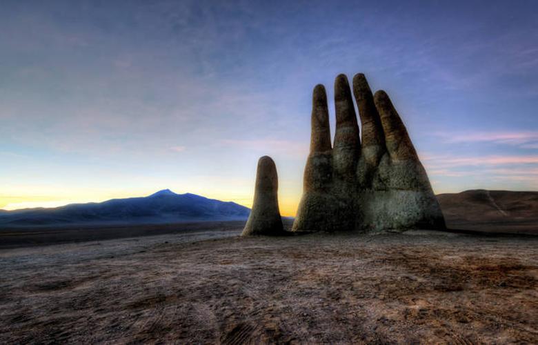 Γιατί υπάρχει ένα γιγάντιο χέρι στην έρημο Ατακάμα της Χιλής