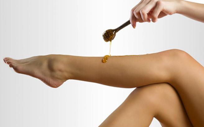 Αυτή η συνταγή για σπιτικό κερί λιώνει τη ζάχαρη μέχρι να γίνει καραμέλα.  Στη συνέχεια περιλαμβάνει το μέλι για άρωμα και καταπραϋντική δράση. 6b190f53c53