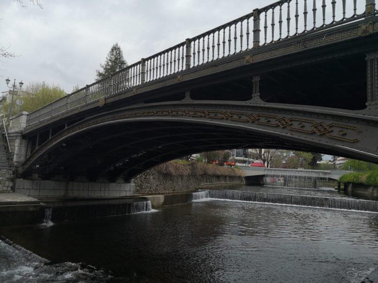 Πόλος έλξης των επισκεπτών η σιδερένια πεζογέφυρα στα Τρίκαλα