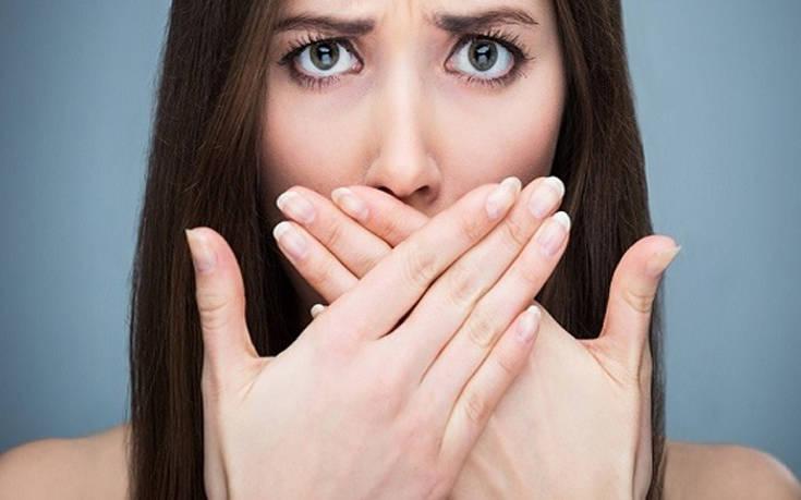 Οι τρεις τροφές που ευθύνονται για τη δυσάρεστη αναπνοή