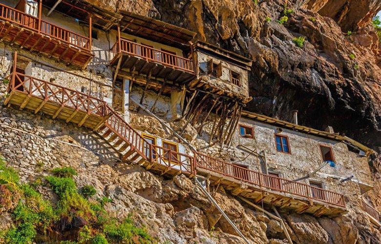 Eντυπωσιακές μονές στην Πελοπόννησο