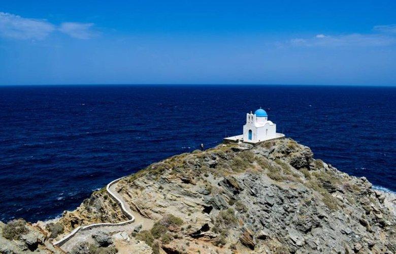 Το γραφικό εκκλησάκι των Επτά Μαρτύρων σκαρφαλωµένο στην κορυφή ενός βράχου