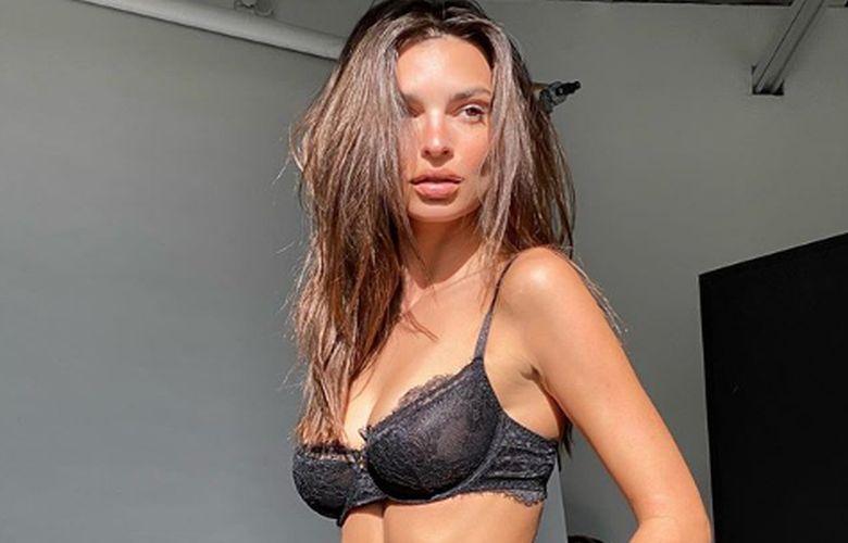 Έμιλι Ρατακόφσκι:  Ολόγυμνη στον καναπέ της