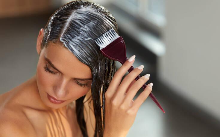 Πώς να σώσεις το χρώμα των μαλλιών σου τώρα που είσαι κλεισμένη στο σπίτι