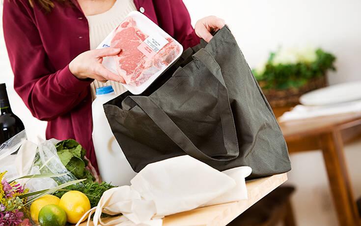 Κορονοϊός: Πρέπει να πλένουμε τις τσάντες για τα ψώνια μας;