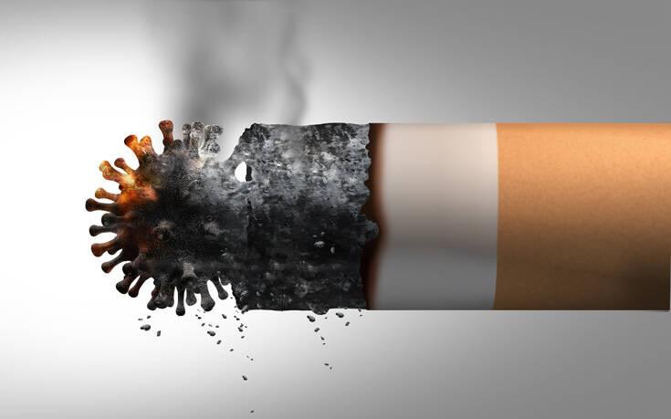 Πόσο κινδυνεύουν τελικά οι καπνιστές από τον κορονοϊό