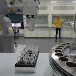 Ρομπότ-«χημικός» κάνει μόνος του πειράματα στο εργαστήριο για ώρες