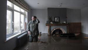 Πλημμύρες στην Αγγλία – Κινδύνευσε αποθήκη εμβολίων κατά κορωνοϊού