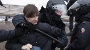 Ρωσία – Ναβάλνι: Πάνω από 3.300 οι συλληφθέντες – Στη ΜΕΘ διαδηλώτρια
