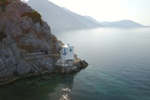 Το γραφικό εκκλησάκι που φτιάχτηκε με «κρασί και χώμα» – News.gr