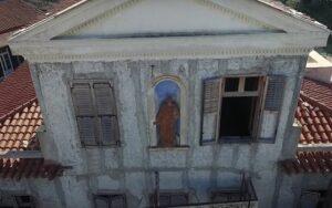 Το εγκαταλελειμμένο σπίτι με την «πήλινη γυναίκα» στην Αθήνα – News.gr