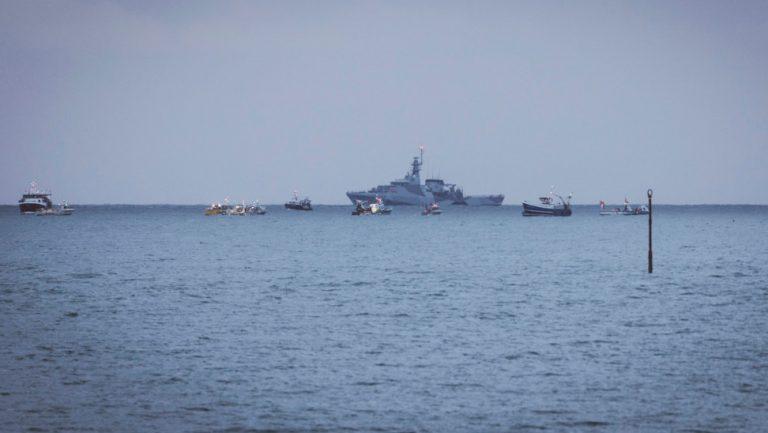 Διατηρείται η ένταση στη Μάγχη – Πολεμικά πλοία και από τη Γαλλία
